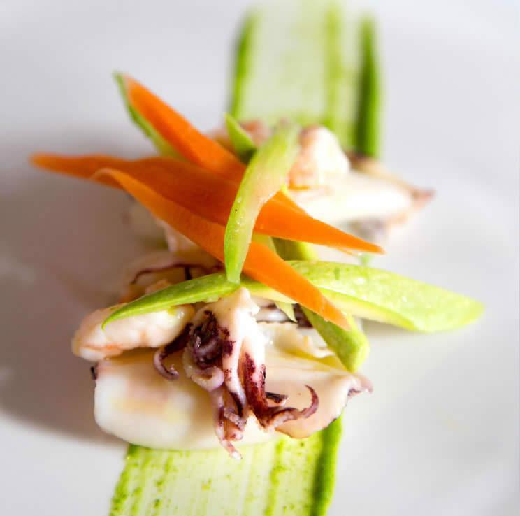 Insalata di mare con calamaretti, gamberi e verdure croccanti